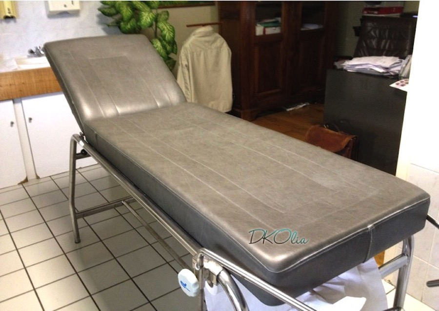 table-de-soin-médical-gris.jpg